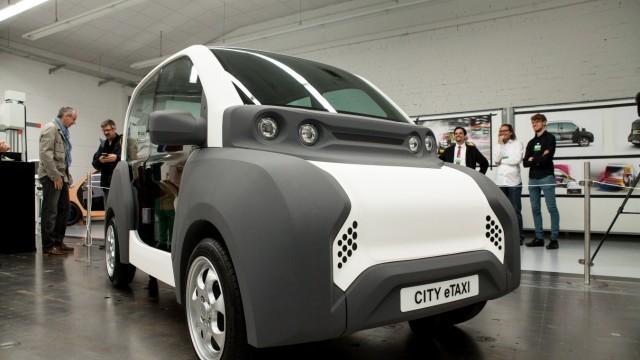 Präsentation des ersten CITY-eTAXI Designs in der Prototypen-Fertigungshalle von Volke Consulting