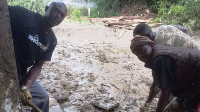 Asylbewerber helfen Flutopfern