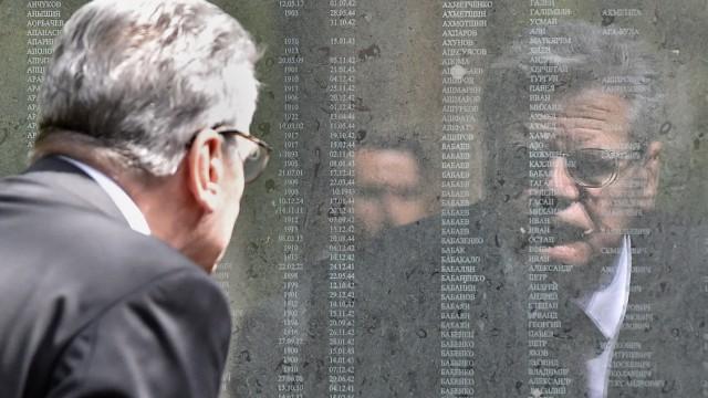 Joachim Gauck an der sowjetischen Kriegsgräberstätte in Holte-Stukenbrock