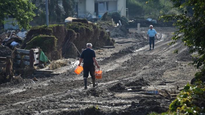 Aufräumarbeiten nach Flut in Simbach