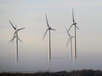 Windkraftanlage im Bodennebel