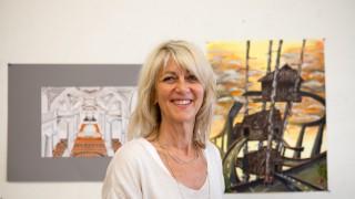 Kunstlehrerin Helgard Beiner und Bilder für eine Vorgeschichte zur Vernissage auf der Oberföhringer INSEL