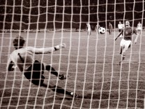 EM1976 Finale Deutschland Tschechoslowakei 3 5 im Elfmeterschießen Antonin Panenka Tor gegen Torwart; EM-Finale 1976