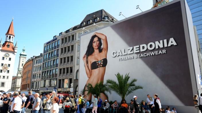 Großplakat auf dem Marienplatz in München, 2016