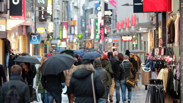 Passanten mit Regenschirmen unterwegs in der Fußgängerzone Hohe Straße in der Innenstadt Köln Nordr