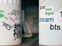 Sz-Magazin Künstler schreibt Graffiti in Berlin ordentlich nach