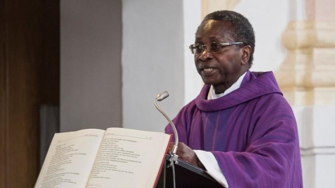 Olivier Ndjimbi-Tshiende verließ die Pfarrei Zorneding im März 2016, nachdem er mehrere Morddrohungen erhalten hatte. (Foto: dpa)