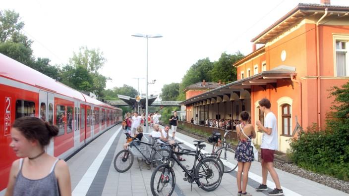 München S Bahnen Fahren An Bahnhöfen Einfach Vorbei