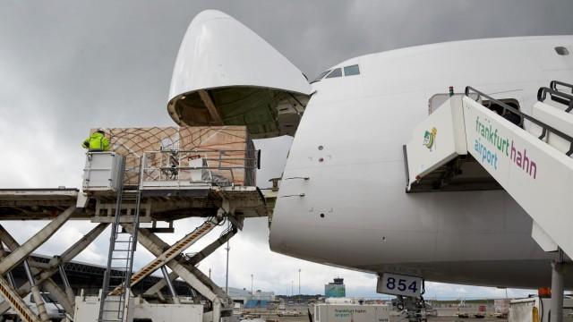 Frachtflugzeug am Flughafen Hahn