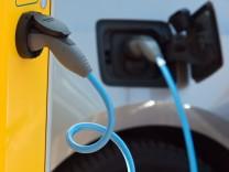 Ein Elektroauto hängt an einer Ladesäule