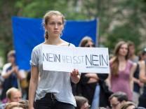 Nein heisst Nein Protest Gina Lisa Lohfink Während des Prozesses gegen das Model Gina Lisa Lohfin