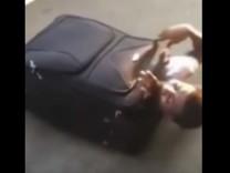 Mann aus Eritrea in Koffer