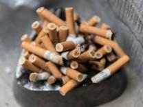 Zigarettenkippen im Aschenbecher