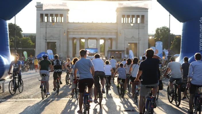 Die Münchner Radlnacht beginnt am Königsplatz und führt durch die Innenstadt.