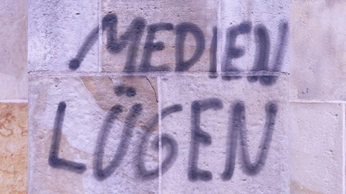 Luegenpresse Graffito in Hamburg Medien lügen Euch an 1 11 2015