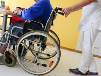 Rollstuhlfahrerin im Pflegeheim, 2016