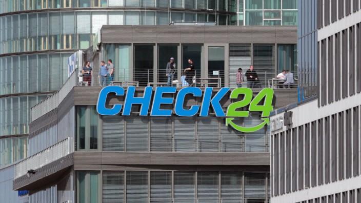 Mitarbeiter der Unternehmens Check 24 stehen auf der Dachterrasse der Zentrale an der Donnersberger