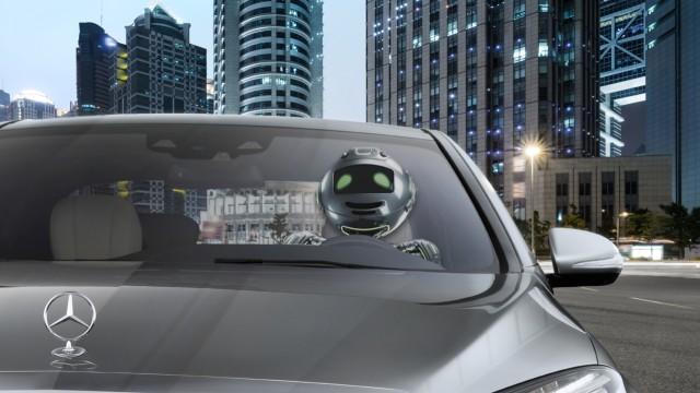 Roboter am Steuer eines Mercedes