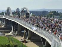 Die Waldschlösschenbrücke bei ihrer Eröffnung im Jahr 2013.
