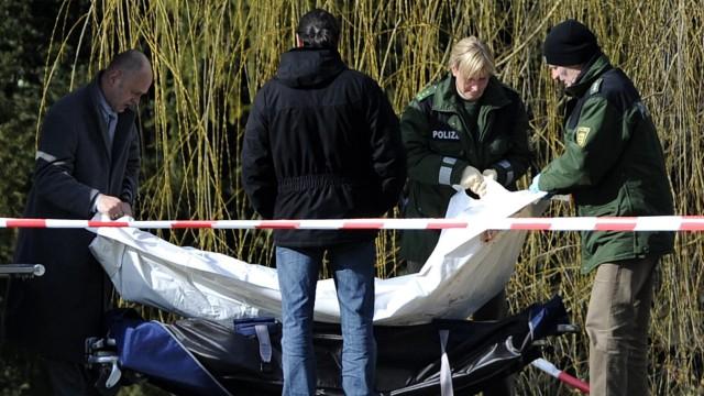 Polizisten bergen eines der Opfer des Amoklaufs von Winnenden 2009