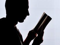 Mann liest Buch