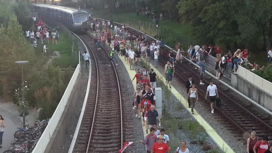 Fahrgäste flüchten aus überhitzter U-Bahn in Freimann