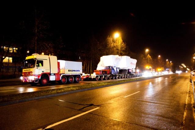 Schwertransport Minenfräse, die die nächsten Wochen auf der Bauma stehen wird. 251 Tonnen schweres Gerät, das nachts von der Fröttmaninger Heide ab 22 Uhr aufs Messegelände gefahren wird.
