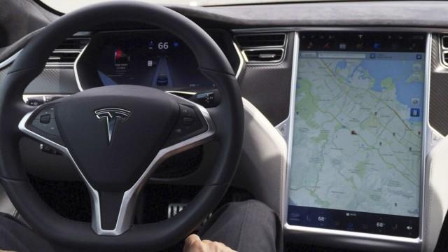 Tesla Model S mit eingeschaltetem Autopiloten