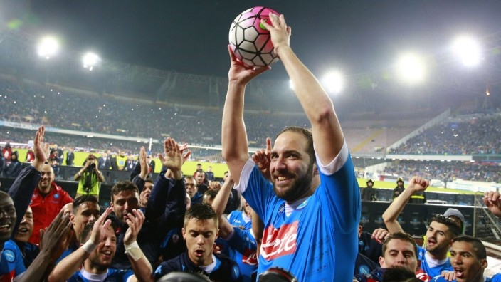 Fußball Gonzalo Higuain knackt Torrekord der Serie A Jubel Gonzalo Higuain Napoli celebration Foot