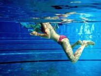 Frau in Schwimmbad