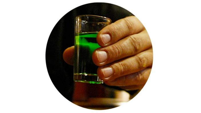 Ein Gast hält am 12.09.2012 in einem Restaurant in Prag ein Glas Schnaps in der Hand.
