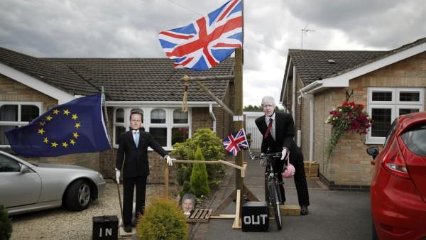 Brexit: Zwei Vogelscheuchen stellen David Cameron und Boris Johnson dar