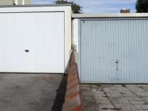 Olching:Zwei einfache Untere Mittelklasse Garagen beim Eigenheim