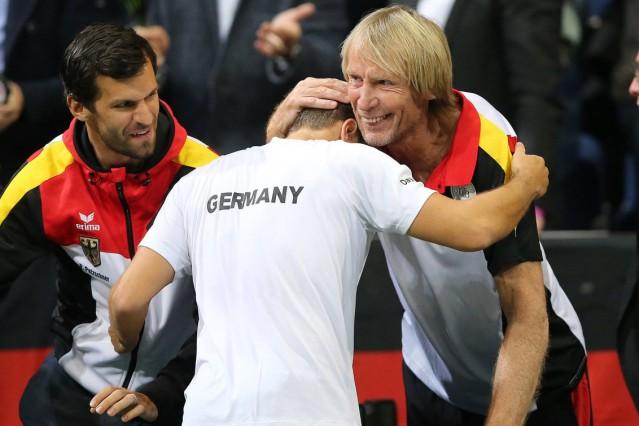 """Carlo Thraenhardt freut sich mit Philipp Kohlschreiber nach dem Sieg; Serie """"Alte Meister"""""""