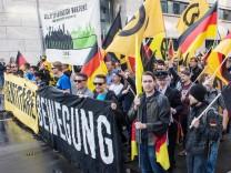 Berlin Demonstration von rechtsextremen Identitaeren Knapp 100 Mitglieder und Anhaenger der sog Ide