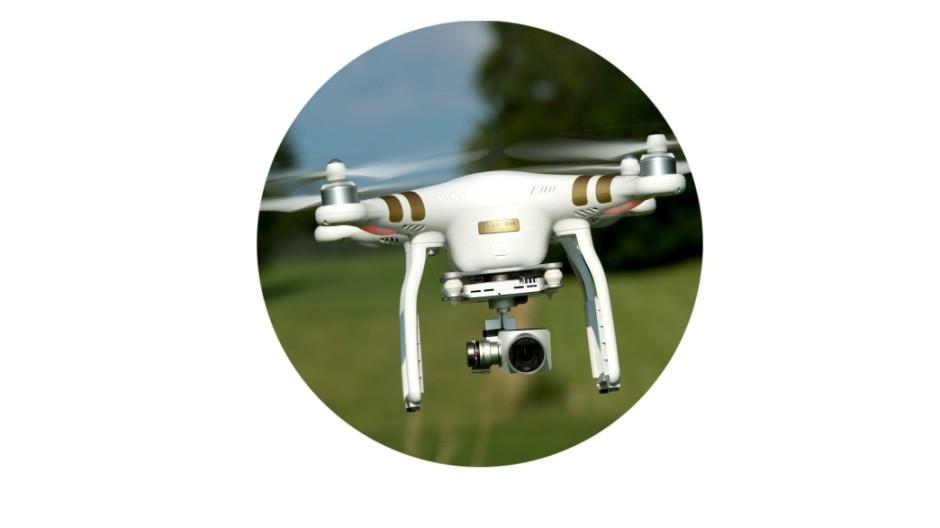 Eine ferngesteuerte Drohne (Quadrocopter) fliegt am 20.07.2015 in der Nähe von Warngau