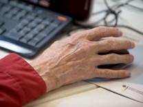 Senior am Computer