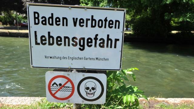 Badeverbotsschild am Eisbach im Englischen Garten, 2013