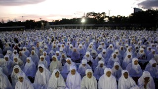 Indonesians Muslims' mass prayer for world peace