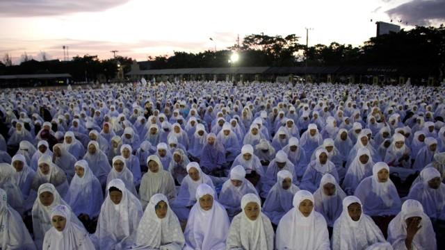 Indonesians Muslims' mass prayer for world peace