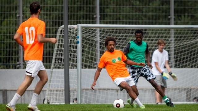 Fußballturnier mit Flüchtlingen, , Fußballplatz des Berufsschulzentrums an der Nordhaide, Schleißheimer Straße 510