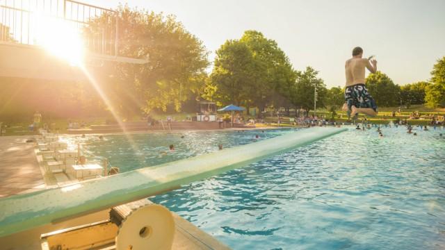 Sommerfeature Bilder aus dem Freibad in Stuttgart Möhringen Jugendlicher springt vom Sprungbrett ta
