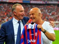 Vorstandsvorsitzender Karl Heinz RUMMENIGGE FC Bayern Muenchen sagt DANKE an Stadionsprecher Steph
