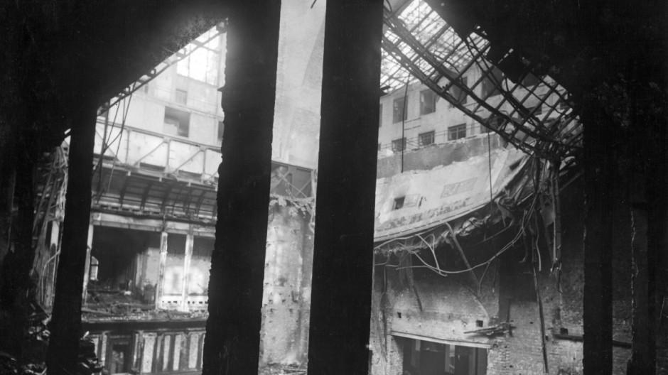 Plenarsaal im ausgebrannten Reichstag, 1933