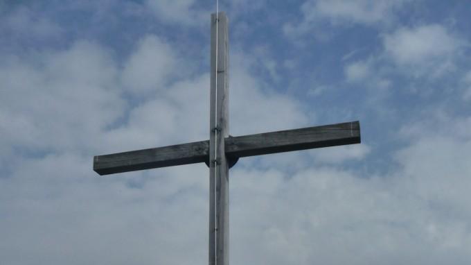 Da stand es noch: Das Schafreuter-Gipfelkreuz wurde von einem Unbekannten mit der Axt beschädigt. (Foto: dpa)
