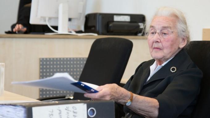 Ursula Haverbeck-Wetzel stand schon mehrmals wegen Volksverhetzung vor Gericht, wie hier in Detmold. (Foto: dpa)