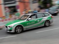 Einsatzwagen der Polizei rast mit hoher Geschwindigkeit durch die Innenstadt Muenchen Bayern Deuts