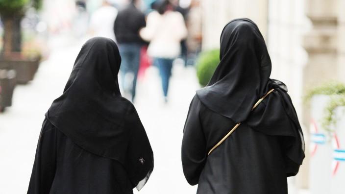 Muslima mit Burkas spazieren in der Innenstadt München Bayern Deutschland
