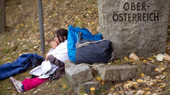 Flüchtlinge an der deutsch-österreichischen Grenze im November 2015. Später beschloss die Regierung in Wien eine Obergrenze von 37 500 Flüchtlingen pro Jahr. (Foto: dpa)