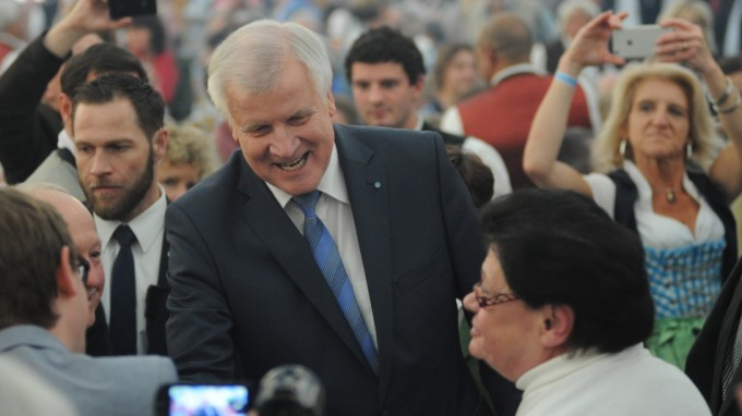 Horst Seehofer (CSU) wirbt im Bierzelt um die Gunst der Wähler. (Foto: Stephan Rumpf)